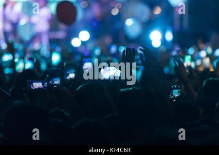 Hand mit einem Smartphone Datensätze live-Musikfestival, nehmen Foto Konzertbühne, live-Konzert, Musikfestival, - Stockfoto