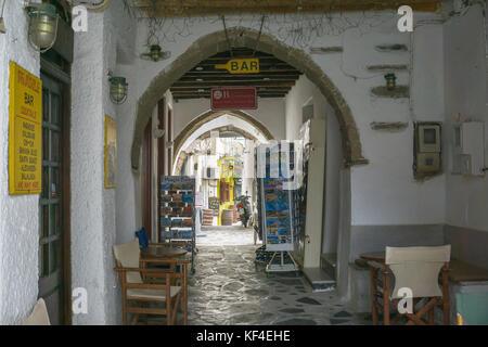 Souvenir shop zu einem Gateway, enge Gasse in der Altstadt von Naxos, Insel Naxos, Kykladen, Ägäis, Griechenland - Stockfoto