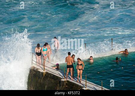 Große Wellen in der Nähe des Eisbergs club Swimmingpool in der Nähe von Bondi Beach, Sydney, Australien. - Stockfoto