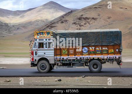 Kaschmir, Indien - 16. Juli 2016: Traditionell eingerichtete Lkw auf der Straße durch changthang Hochebene in Kaschmir, - Stockfoto