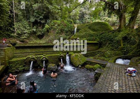 Frauen baden in der Frauen die Hälfte der baden Pool an Mengening Tempel. Tampaksiring, Bali, Indonesien. - Stockfoto