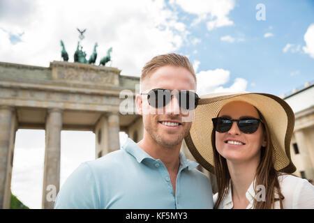 In der Nähe der Jugendlichen glückliches Paar stehend am Brandenburger Tor - Stockfoto