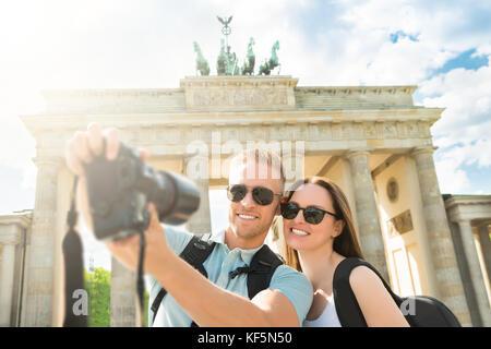In der Nähe der Jugendlichen glückliches Paar unter selfie vor dem Brandenburger Tor in Deutschland - Stockfoto