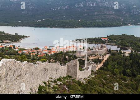 Sie suchen eine Seite der langen Mauern von Ston (Kroatien) in Richtung Mali Ston, einer Stadt reich an Austern - Stockfoto