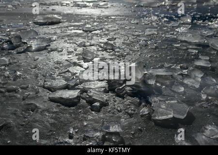 Risse und Blasen Eis auf dem See. - Stockfoto