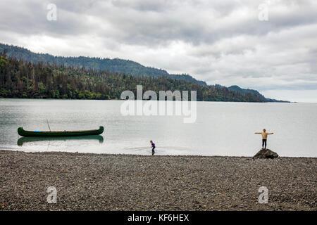 Usa, Alaska, Homer, China poot Bay, die Kachemak Bucht, Kinder spielen auf einem Rock Beach in der Nähe der Kachemak - Stockfoto