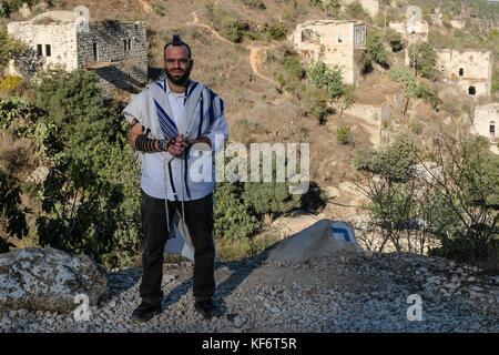 Jerusalem, Israel. 26 Okt, 2017. Ein religiöser Mensch überstreifen Gebetsriemen, tefilin und wickelte in einem - Stockfoto