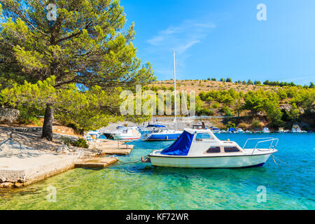 Boote im schönen Meeresbucht zwischen Sibenik und Primosten, Dalmatien, Kroatien - Stockfoto