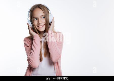 Upbeat Teenager hören von Musik - Stockfoto