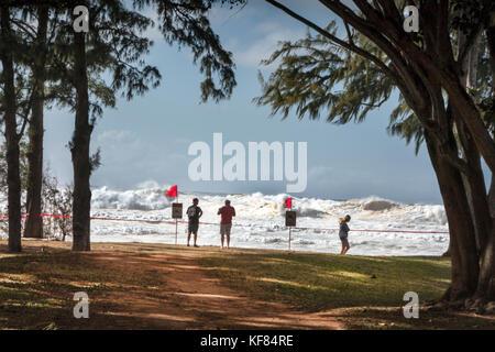 Hawaii, Oahu, North Shore, Zuschauer, die die großen Schwellen auf dem North Shore - Stockfoto