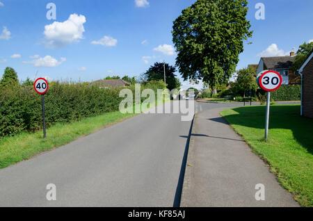 Contraditctory Temposchilder Eingabe eines Dorfes (Boughton Monchelsea) in Kent, England - Stockfoto
