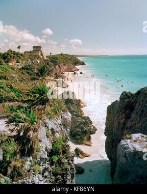 Mexiko, Riviera Maya, Tulum Ruinen und Strand mit Schwimmer - Stockfoto