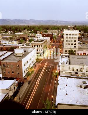 Usa, Washington, Walla Walla Stadtbild in der Dämmerung mit Bergen im Hintergrund - Stockfoto