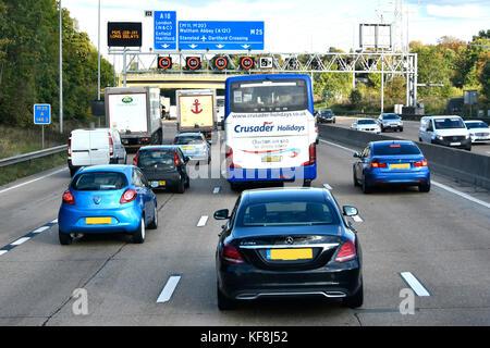 Freitag PM rush hour M 25 Verkehr auf der Autobahn Ausfahrt 25 & elektronische variable Geschwindigkeit Zeichen - Stockfoto