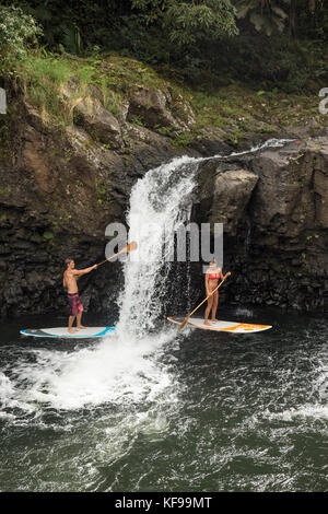 Usa, Hawaii, Big Island, Hilo, Paddle Boarding auf die wailuku River in der Nähe der singende Brücke - Stockfoto