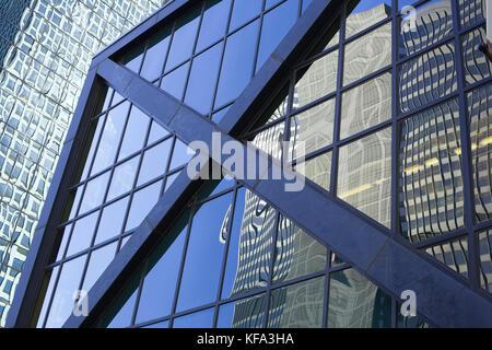 Abstrakte Sicht von Chicago Wolkenkratzer mit Reflexionen und Grid - Stockfoto
