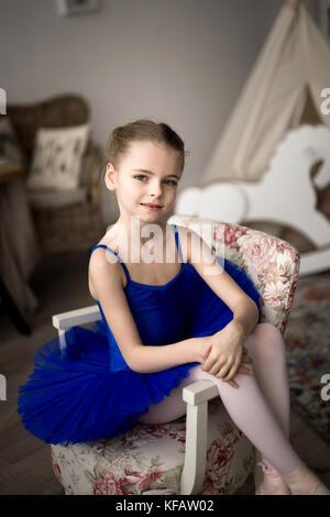 Kleine Mädchen träumt davon, eine Ballerina. Kind, Mädchen in einem blauen Ballett Kostüm tanzen in einem Zimmer. - Stockfoto