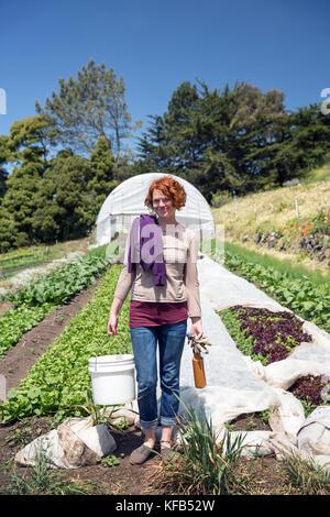 Usa, Kalifornien, Big Sur, Esalen, ein Gast am Esalen Institut freiwillige und arbeitet im Garten auf dem Bauernhof - Stockfoto