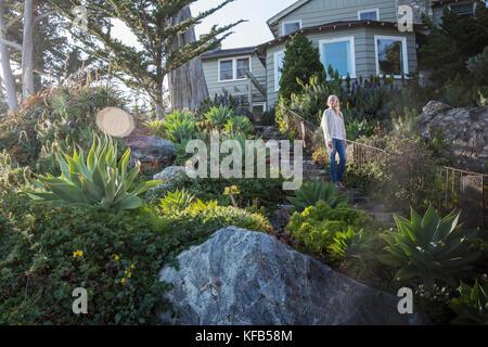 Usa, Kalifornien, Big Sur, Esalen, eine Frau nach unten geht die Treppe zum Deck unter dem Murphy House, der esalen - Stockfoto