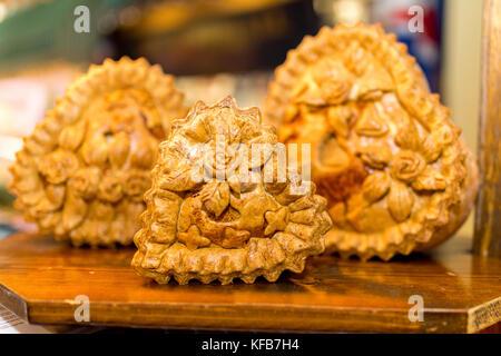 Preisgekrönte Pork Pie Display mit schönen verzierten knuspriges Gebäck mit floralen und Rose Blume Muster auf einem Markt in Yorkshire, UK Abschaltdruck