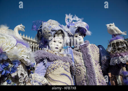 Menschen in Tracht tragen Masken im Karneval von Venedig, Venetien, Italien, Europa - Stockfoto
