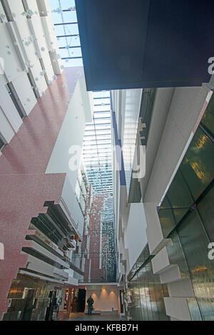Gefederte blasen und konvergierenden Linien im Eingangsbereich eines Gebäudes - Stockfoto