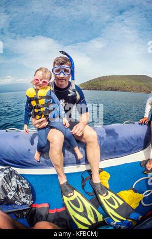 Galapagos, Ecuador, Personen, fertig zum Schnorcheln in den Gewässern in der Nähe des Tagus Cove - Stockfoto