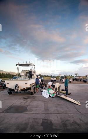Usa, Hawaii, Maui, Backen, Surfer prepping ihre Bretter und laden Sie das Boot, bevor Sie surfen peahi auf dem northshore - Stockfoto