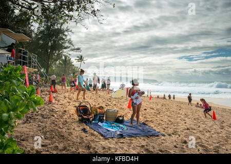 Usa, Hawaii, Oahu, Northshore, Familien sammeln am Strand an der Pipeline - Stockfoto