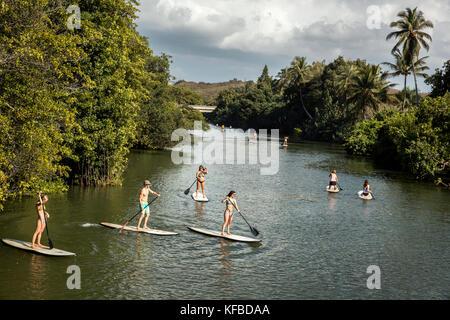 Hawaii, Oahu, North Shore, Reisende auf der paddleboarding anahulu Fluss unterhalb des historischen Rainbow Bridge - Stockfoto