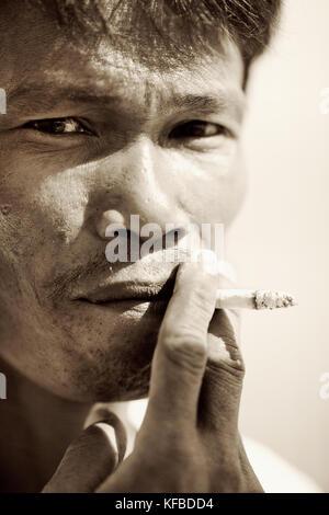 Indonesien, Mentawai Inseln, Kandui Resort, in der Nähe der Mitte der erwachsene Mann rauchen Zigarette (B&W) - Stockfoto