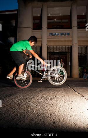 Philippinen, Palawan, Puerto Princesa, junge Tricks auf seinem Fahrrad im Zentrum von Puerto princessa in der Nähe - Stockfoto