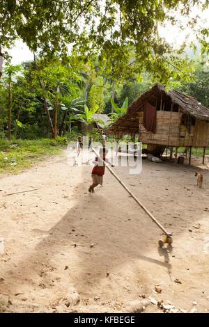 Philippinen, Palawan, Barangay region, Batak Kinder spielen mit ihrer Hand Spielzeug in kalakwasan Dorf - Stockfoto