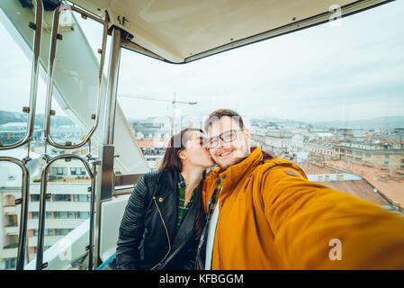 Mann mit Frau beim Riesenrad eine selfie - Stockfoto
