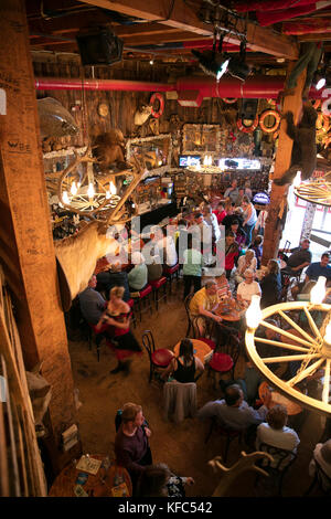 Usa, Alaska, Juneau, Personen sammeln und speisen Sie im Inneren des Red Dog Saloon in der Innenstadt von Juneau - Stockfoto