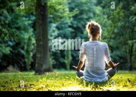 Junge Mädchen üben Joga und meditieren - Stockfoto