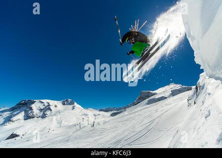 Freeride Skifahrer einen Sprung von der Klippe - Stockfoto