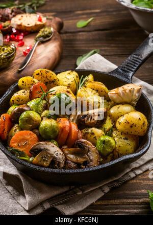Bratkartoffeln mit Gemüse - Stockfoto