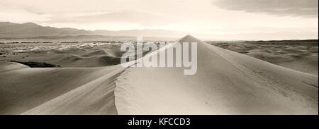 Usa, Kalifornien, Stovepipe Wells Sanddünen, Death Valley National Park (b&w) - Stockfoto