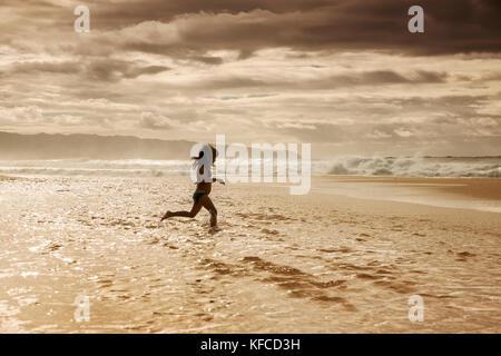 Usa, Hawaii, Oahu, Northshore, junge Kinder spielen im Wasser am Strand an der Pipeline - Stockfoto
