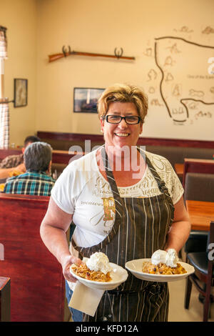 Usa, Kalifornien, Mammut, einer Portion peach Cobbler bei Alabama Hills cafe in Lone Pine - Stockfoto