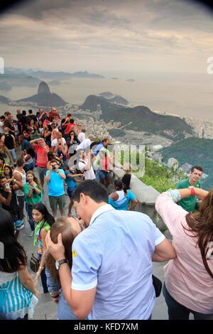Brasilien, Rio de Janiero, Gruppen von Menschen versammeln sich an der Cristo Redentor (Statue) - Stockfoto