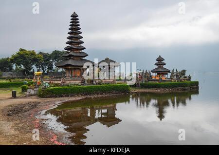Balinesische Hindu Tempel, East Danu Beratan, traditionelle Architektur und hohen Türmen mit abgestuften schräge - Stockfoto
