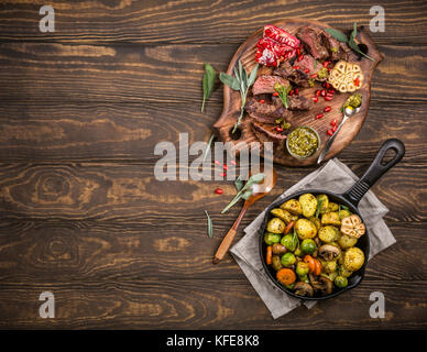 Fleisch Steak mit grünem Pesto - Stockfoto