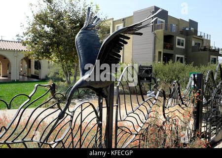 Dekorative Eisenzaun mit Heron im Marsh Park von New River House Entwicklung Frogtown in Elysian Tal NE Los Angeles - Stockfoto
