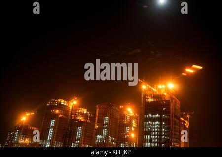 Gurgaon Noida Wolkenkratzer im Bau bei Nacht - Stockfoto