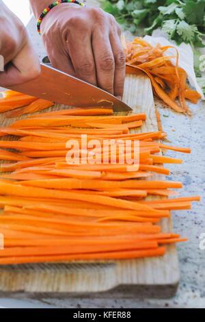 Mann Kochen Schneiden Karotten Julienne Stil In Der Kuche
