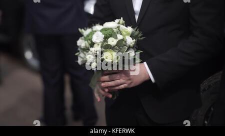 Gut Aussehender Geschaftsmann Mit Blumen Brautigam In Einem Anzug