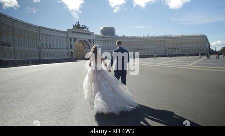 St. Petersburg, Russland Braut und Bräutigam entlang wandern. Die Braut und der Bräutigam Spaziergang auf dem Platz - Stockfoto