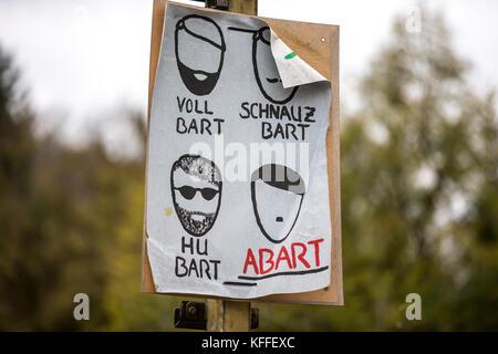 Ein Demonstrant hält ein Plakat an einer Demonstration gegen ein Konzert organisiert von Rechtsextremen Gruppen - Stockfoto